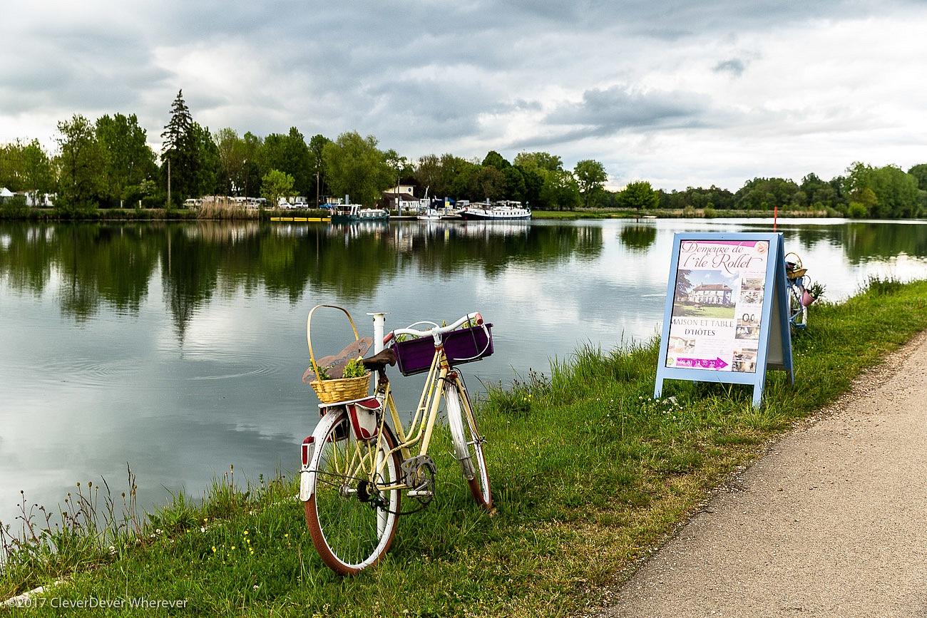 Demeure de l'ile Rollet bike and canal
